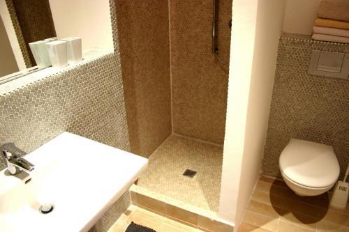 A bathroom at Hauptstadt Apartment