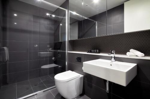 A bathroom at 381 Cremorne
