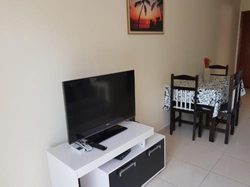 A television and/or entertainment center at Apartamento Condomínio Paola