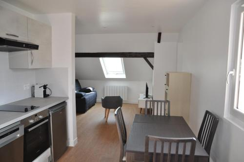 A kitchen or kitchenette at RESIDENCE ROCHEGUDE-Appart n°3-NEAR LA DEFENSE/PARIS