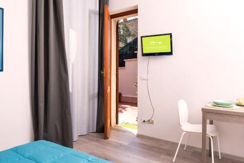 A television and/or entertainment center at Garibaldi Suite ground floor with garden