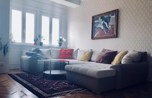A seating area at Modern apartment behind Castle district in Buda