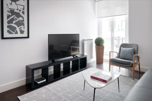 Una televisión o centro de entretenimiento en Marina by FeelFree Rentals