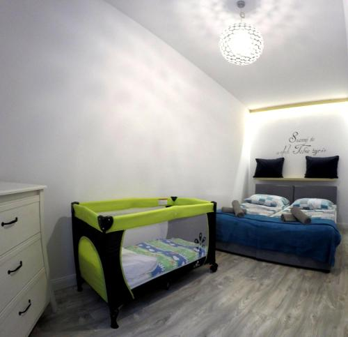 A bed or beds in a room at Apartament Kamienica