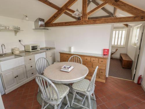A kitchen or kitchenette at Rose Bank Cottage, Ellesmere