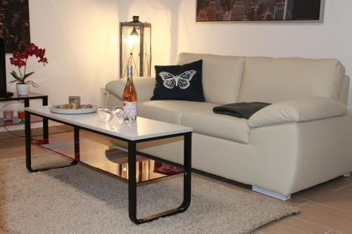 A seating area at Urban-Style Apartment