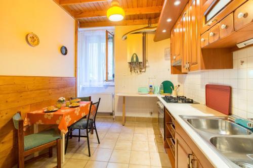 Küche/Küchenzeile in der Unterkunft Palace District Delight for 5