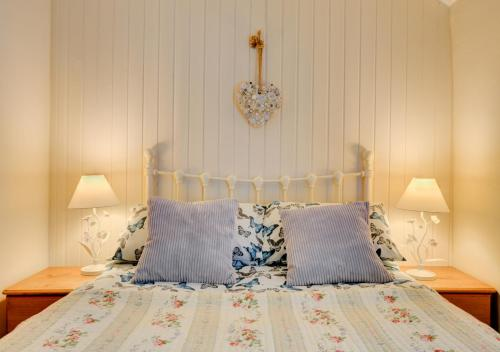 A bed or beds in a room at Jentrea Cottage