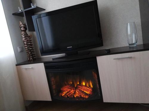 Телевизор и/или развлекательный центр в Kvartira-studiia