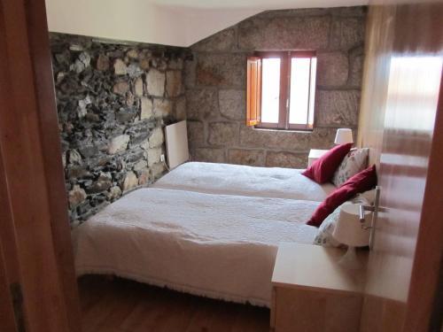 A bed or beds in a room at Casa Da Tia Em Tabuaço