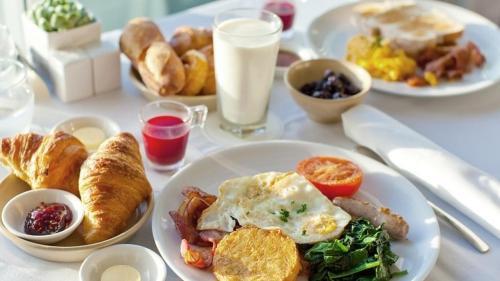 نتیجه تصویری برای صبحانه خوردن