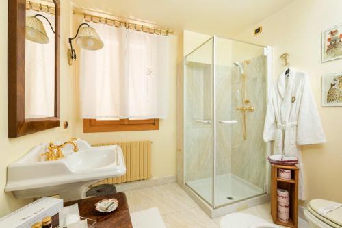 A bathroom at Venice Heaven Apartments San Marco
