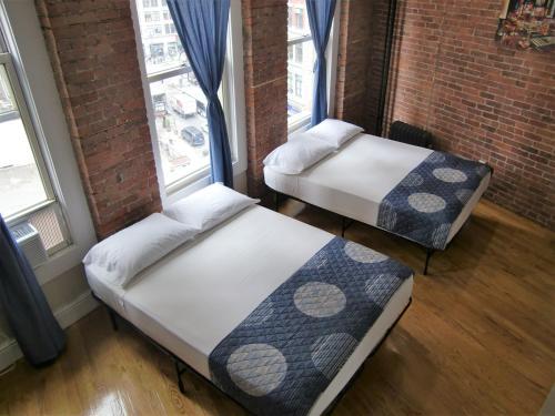 Ένα ή περισσότερα κρεβάτια σε δωμάτιο στο Studios Midtown Manhattan