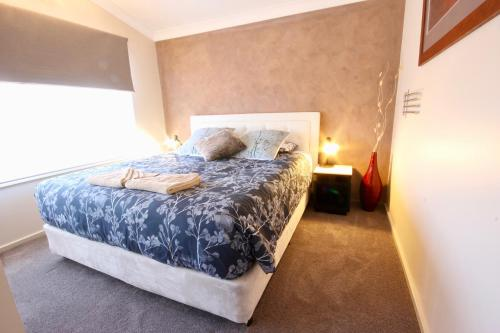 A bed or beds in a room at Full Circle Apartments
