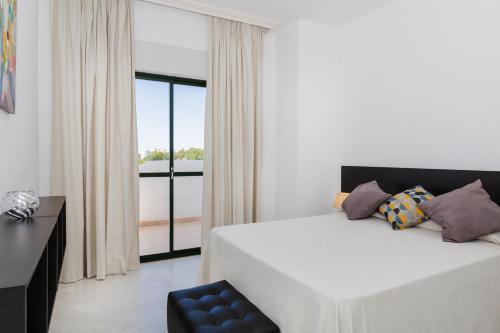 Tempat tidur dalam kamar di Apartamentos Torrenueva Park