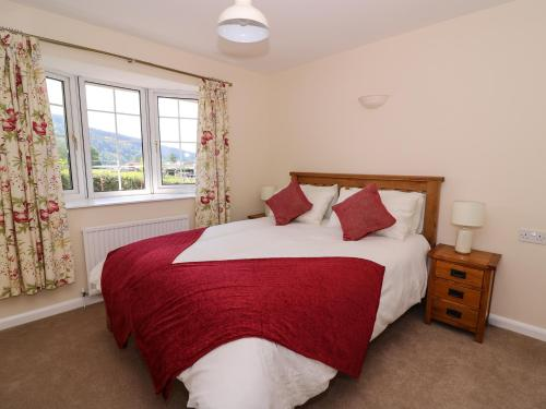 A bed or beds in a room at Pen Y Maes, Builth Wells