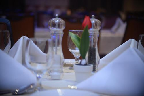 A restaurant or other place to eat at Al Madina Suites Doha