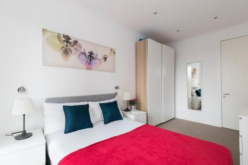A bed or beds in a room at Chancery Lane City Apartments