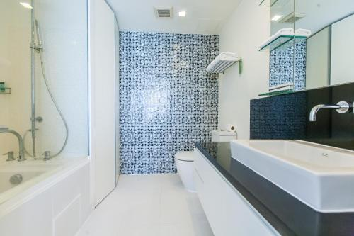 A bathroom at Oakwood Residence Sukhumvit 24