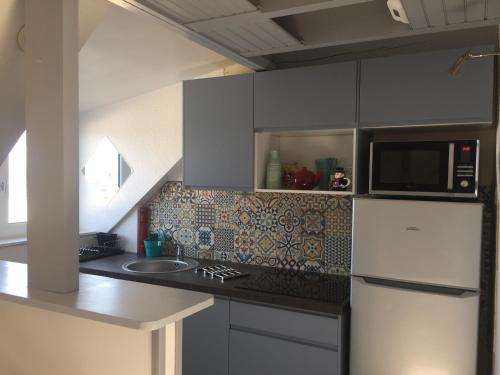A kitchen or kitchenette at Katy's Home Dinard