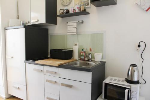 A kitchen or kitchenette at Gemütliches Apartment - Nähe Schloss Schönbrunn
