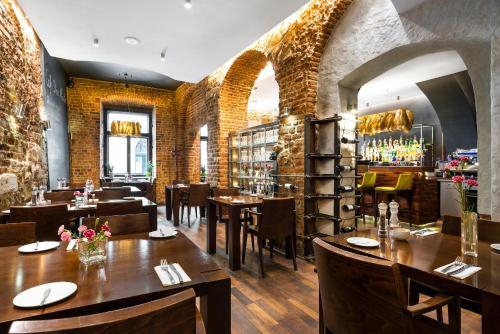 En restaurant eller et andet spisested på Aparthotel Stare Miasto