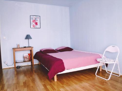 A bed or beds in a room at Studio À Dijon