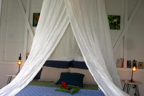 A bed or beds in a room at Or bleu-Bungalow volcan Soufriere-Vue sur mer