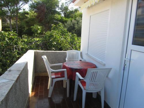 A balcony or terrace at Porat apartment Povljana