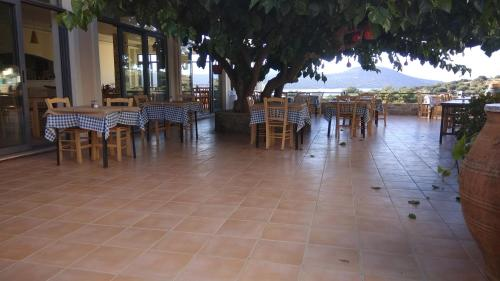 A restaurant or other place to eat at Chrisambelos Apartments