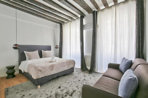 A bed or beds in a room at 69 - Authentic Parisian Home