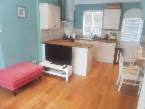 A kitchen or kitchenette at Beautiful 2 bedroom cottage in the heart of Greenwich