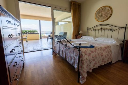 A bed or beds in a room at Taormina Lux Apartment - Taormina City Centre