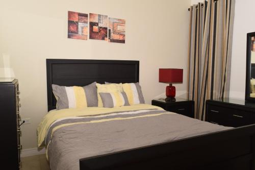 A bed or beds in a room at Kingston Luxury Apartments [Business/Travel/Vacation]