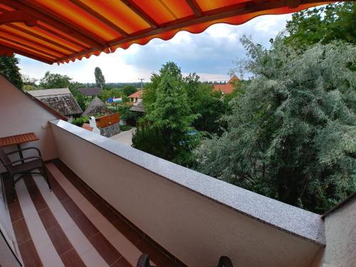 A balcony or terrace at Zöld sziget Apartmanház