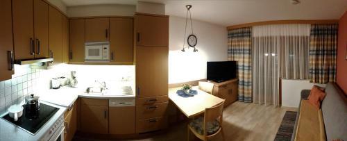 A kitchen or kitchenette at Ranner's Ferienwohnung