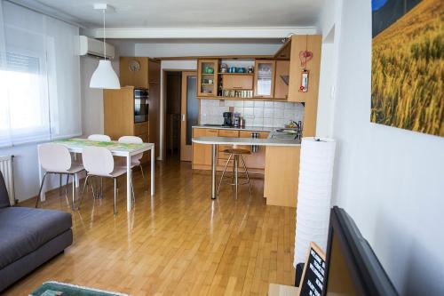 Кухня или мини-кухня в Goldenfields apartment