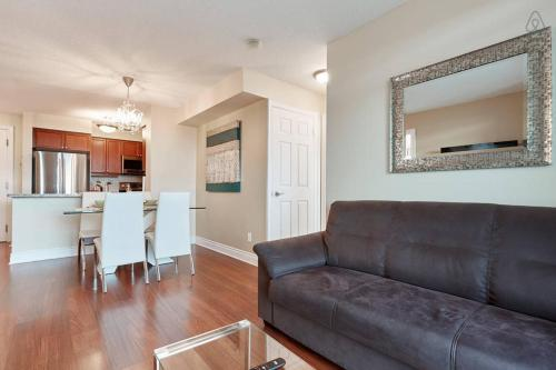 A seating area at Luxury and Spacious 2 Bedroom 2 Bathroom Condo
