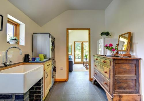 A kitchen or kitchenette at Maesmor