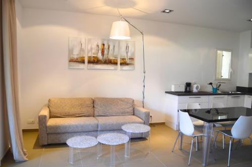 Ein Sitzbereich in der Unterkunft Residence Cote Plage Pinarello