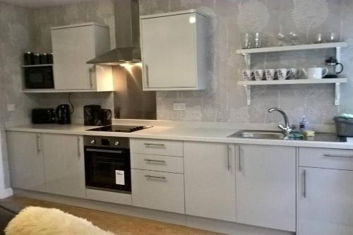A kitchen or kitchenette at Dairy Cottage