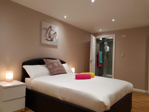 A bed or beds in a room at Glasgow's City Centre Refined 3 bedroom apartment