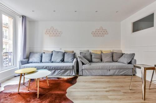 A seating area at 17 Luxury Parisien Flat Montorgueil 2