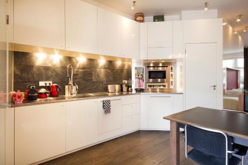 A kitchen or kitchenette at Luxury Canal Apartment