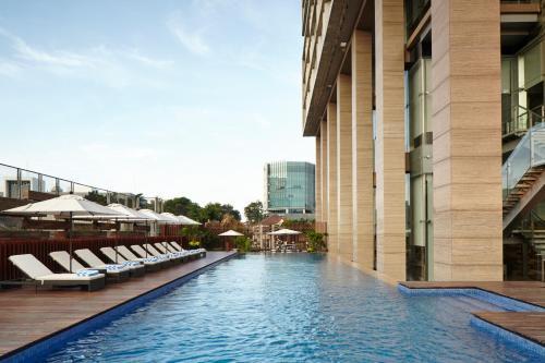 Der Swimmingpool an oder in der Nähe von Fraser Residence Menteng Jakarta