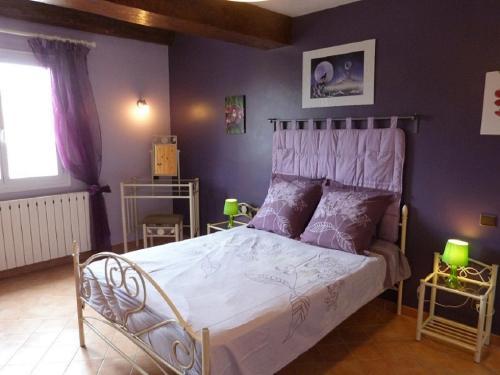A bed or beds in a room at Maison Provençale : 239 Route de Pernes