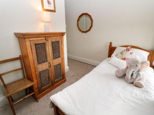 A bed or beds in a room at Shirehorse Cottage, Umberleigh