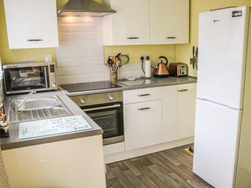 A kitchen or kitchenette at Poets Retreat, Thornton-Cleveleys
