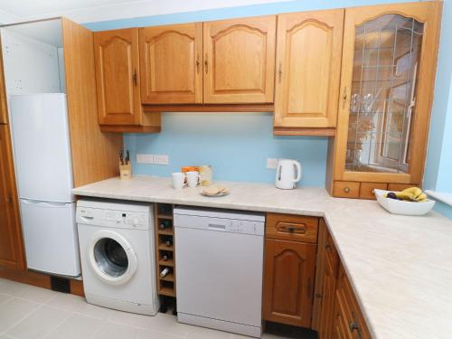 A kitchen or kitchenette at It'll Do, Truro
