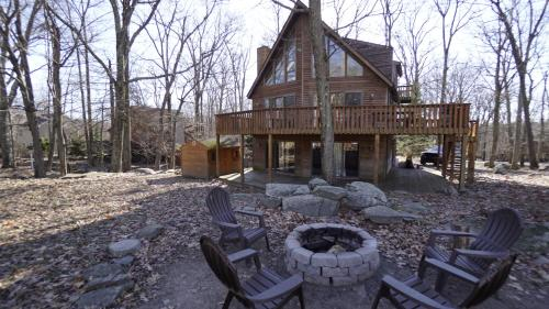 Pocono Mountains Chalet home at Lake Wallenpaupack-Pool Table-Fire Pit-Golf course views during the winter